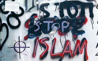 Στόχος βανδάλων έχει γίνει επτά φορές το τελευταίο διάστημα το ισλαμικό τέμενος στον Βοτανικό. Οι άγνωστοι δράστες έγραψαν συνθήματα κατά του Ισλάμ και κατά της λειτουργίας του τεμένους στους τοίχους και στην εξωτερική πόρτα, τα οποία σβήστηκαν αμέσως. Σήμερα το τέμενος θα επισκεφθεί ο υπουργός Παιδείας και Θρησκευμάτων, Κώστας Γαβρόγλου, για να ενημερωθεί για την εξέλιξη του έργου.