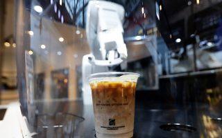 Ποτήρι με καφέ κατά τις προδιαγραφές του πελάτη ετοίμασε αυτό το ρομπότ σε καφετέρια της νοτιοκορεατικής πρωτεύουσας.