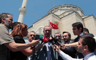 Ο Τ. Ερντογάν κάνει δηλώσεις εξερχόμενος από το τέμενος Χαζράτ Αλί στην Κωνσταντινούπουλη, μετά την προσευχή της Παρασκευής.