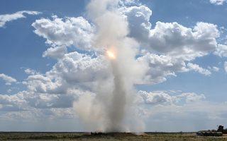 Λερώνοντας τα σύννεφα. Με φόντο τον καταγάλανο καλοκαιρινό ουρανό έγινε η δοκιμή των S-300.  Η εκτόξευση του πυραύλου έγινε με αφορμή την στρατιωτική άσκηση στο Ashuluk  της Ρωσίας. REUTERS/Sergey Pivovarov