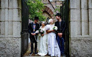 Παντρέψου ένα τουρίστα. Γάμους διοργανώνουν στο Αμστερνταμ μεταξύ μόνιμων κατοίκων και τουριστών διάρκειας μόνο μιας ημέρας. Τα ζευγάρια επιλέγονται με speed dates και ο σκοπός είναι να γνωρίσουν οι τουρίστες της πόλης από πρώτο χέρι το Αμστερνταμ αλλά και να δημιουργηθούν στενοί δεσμοί μεταξύ κατοίκων και τουριστών. EPA/LEVIN DEN BOER