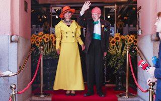 Οταν το πράγμα σοβάρεψε. Τρεις ολόκληρες δεκαετίες ζούνε μαζί. Ο δισεκατομμυριούχος επιχειρηματίας Olav Thon 95 ετών και η Sissel Berdal Haga 78 μόλις παντρεύτηκαν -μετά από ώριμη σκέψη προφανώς- στο ξενοδοχείο Bristol  του Οσλο και αυτόματα έγιναν οι γηραιότεροι νεόνυμφοι της Νορβηγίας. Να ζήσουν.  EPA/BERIT ROALD