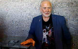 Space rock star. Αν και οι περισσότεροι αστέρες του ροκ έχουν κάνει διαγαλαξιακά ταξίδια με την χρήση ουσιών (ιδιαίτερα οι μιας κάποιας ηλικίας) ο εικονιζόμενος Buzz Aldrin είναι ο μόνος που αξίζει τον τίτλο. Ο αστροναύτης του Apollo 11, της πρώτης επανδρωμένης αποστολής στην Σελήνη, με τα «ψαγμένα» δαχτυλίδια, την προσεγμένη εμφάνιση και την ροκ συμπεριφορά είναι ο δεύτερος άνθρωπος που πάτησε στο φεγγάρι. Μόνο που δεν είναι τραγουδιστής...  REUTERS/Arnd Wiegmann
