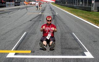 Αναμνηστικό. Τι και αν δεν υπάρχουν κατακόκκινα αγωνιστικά αυτοκίνητα στην πίστα; Ο κύριος της φωτογραφίας  πήρε την κατάλληλη πόζα για τον φακό στην Formula 1 του Red Bull Ring,  στο Spielberg της Αυστρίας.   REUTERS/Lisi Niesner