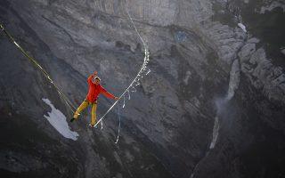 Με τρόμο. Σε μια περιοχή σπάνιας ομορφιάς και μνημείο παγκόσμιας κληρονομιάς στην Ελβετία στήθηκαν τα σχοινιά. Ο Lukas Irmler ισορροπεί στο 800 μέτρων μήκους σχοινί του στην περιοχή της Sardona κάνοντας εμάς από την καρέκλα μας να τον κοιτάμε με τρόμο.  EPA/GIAN EHRENZELLER