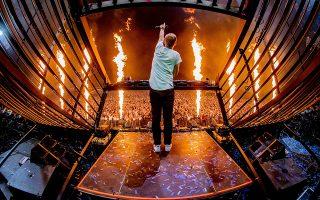 Στο τέρμα. Κονσόλες, φωτιές και μουσική στο κόκκινο. Ο Ολλανδός DJ Armin van Buuren ξεσηκώνει το κοινό στο Pinkpop festival, που μετρά 50 χρόνια πορείας και είναι το παλαιότερο του είδους του στην Ολλανδία. EPA/PAUL BERGEN