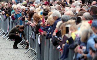 Κανείς με παράπονο. Με όλους μίλησε, όλους τους χαιρέτησε στην διάρκεια της επίσκεψής της η Δούκισσα του Κέμπριτζ στο Keswick Square της Cumbria. Ακόμα και εκεί στα χαμηλά, ένας γλυκύτατος σκύλος δέχθηκε τα χάδια της. REUTERS/Scott Heppell