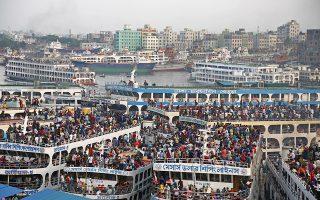 Αλλος με την βάρκα μας. Κόσμος και κοσμάκης στα καράβια έτοιμα να ταξιδέψουν για την γιορτή του Eid al-Fitr στο Μπαγκλαντές. Ολοι γυρίζουν στις πατρογονικές εστίες για το τέλος του Ραμαζανιού, μια από τις πιο σημαντικές γιορτές για τους Μουσουλμάνους. EPA/MONIRUL ALAM