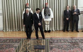 Πληροφορίες από την Προεδρία επιμένουν ότι ο κ. Προκόπης Παυλόπουλος (εδώ σε παλαιότερο στιγμιότυπο με τον πρωθυπουργό Αλέξη Τσίπρα) δεν πρόκειται να προχωρήσει σε καμία κίνηση ώς τις 30 Ιουνίου, οπότε και λήγει η θητεία της σημερινής ηγεσίας της Δικαιοσύνης. Αλλά και κατά την τελευταία εβδομάδα προ των εθνικών εκλογών (7 Ιουλίου), σύμφωνα με τις ίδιες πληροφορίες, θα αποφύγει να προχωρήσει σε υπογραφή του σχετικού διατάγματος.