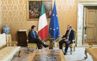 O Ιταλός πρωθυπουργός Τζουζέπε Κόντε υποδέχεται τον υποψήφιο για την προεδρία της Κομισιόν Μάνφρεντ Βέμπερ στη Ρώμη.