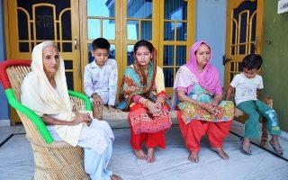 Συγγενείς του βιαστή και δολοφόνου ινδουιστή ιερέα περιμένουν την απόφαση του δικαστηρίου.