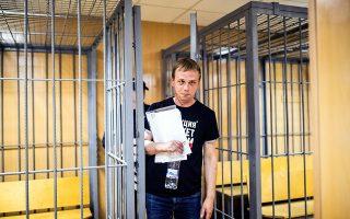 Ο γνωστός Ρώσος δημοσιογράφος Ιβάν Γκολουνόφ αμέσως μετά τη λήψη της απόφασης να τεθεί σε κατ' οίκον περιορισμό.