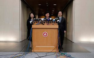 Η επικεφαλής της κυβέρνησης του Χονγκ Κονγκ, Κάρι Λαμ (κέ-ντρο), ανακοινώνει την πρόθεσή της να προωθήσει τις τροπολογίες.