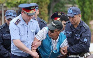 Αστυνομικοί συλλαμβάνουν υποστηρικτή της αντιπολίτευσης στο Αλμάτι.