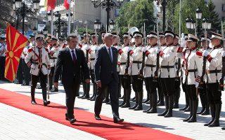 Ο Τσέχος πρωθυπουργός Αντρέι Μπάμπις και ο Ζόραν Ζάεφ, χθες, στα Σκόπια.