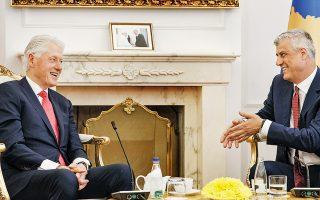 Ο πρώην πρόεδρος των ΗΠΑ Μπιλ Κλίντον συζητάει με τον πρόεδρο του Κοσόβου Χασίμ Θάτσι στην Πρίστινα. Είκοσι χρόνια μετά την αποστολή νατοϊκών στρατευμάτων, που εγγυήθηκαν την απόσχιση της τότε γιουγκοσλαβικής επαρχίας, ο Κλίντον και η πρώην υπουργός Εξωτερικών Μαντλίν Ολμπράιτ τιμήθηκαν από τις Αρχές του Κοσόβου με το βραβείο του Τάγματος της Ελευθερίας.