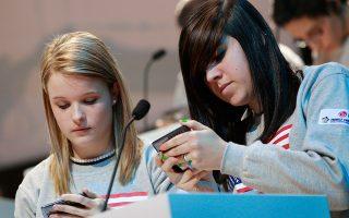 Δύο έφηβοι στέλνουν μηνύματα στο κινητό τους, στη Νέα Υόρκη. Στις ΗΠΑ τα σχετικά προγράμματα πραγματοποιούνται συνήθως από εκπαιδευτικούς.