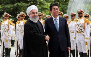 Για μία «επιτυχημένη» συνάντηση έκανε λόγο ο Ιρανός πρόεδρος Χασάν Ροχανί, ο οποίος εικονίζεται να σφίγγει το χέρι του Ιάπωνα πρωθυπουργού Σίνζο Αμπε. Τα θέματα που συζητήθηκαν στην πρώτη επίσκεψη Ιάπωνα ηγέτη στο Ιράν μετά το 1979 αφορούσαν τους τρόπους προκειμένου να αποτραπεί η αστάθεια στην περιοχή. Παράλληλα, ο Αμπε, που έπαιξε ρόλο απεσταλμένου των ΗΠΑ, ζήτησε υπομονή ώστε να περιοριστεί η ένταση μεταξύ Τεχεράνης και Ουάσιγκτον.