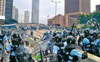 Δυνάμεις της αστυνομίας συγκρούονται με διαδηλωτές κοντά στο Νομοθετικό Συμβούλιο του Χονγκ Κονγκ, καθώς η επικεφαλής της τοπικής κυβέρνησης δεν φαίνεται διατεθειμένη να αποσύρει το επίμαχο νομοσχέδιο που επιτρέπει την έκδοση πολιτών της μεγαλούπολης στην ηπειρωτική Κίνα.