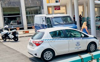 Οι δράστες της χθεσινής ληστείας εις βάρος χρηματαποστολής στο ΑΧΕΠΑ μπήκαν στο νοσοκομείο παριστάνοντας ο ένας τον γιατρό και ο άλλος τον ασθενή, χωρίς να έχουν αντιληφθεί ότι βρίσκονται υπό στενή αστυνομική παρακολούθηση.