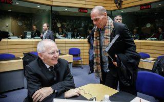 Στις 12 Φεβρουαρίου 2015, την επομένη του πρώτου Eurogroup στο οποίο συμμετείχε ο Βαρουφάκης (στη φωτ. με τον Βόλφγκανγκ Σόιμπλε), ο τότε επικεφαλής του Euroworking Group, Τόμας Βίζερ, αποφάσισε ότι ήταν ώρα να ξεκλειδώσει την ψηλή ξύλινη ντουλάπα στο γραφείο του, να βγάλει το δικό του κόκκινο ντοσιέ και να το ξεσκονίσει...