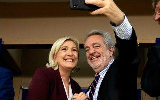 Η επικεφαλής της γαλλικής Ακροδεξιάς Μαρίν Λεπέν και ο Βέλγος ευρωβουλευτής Γκέρολφ Ανεμανς τραβούν αναμνηστική σέλφι.