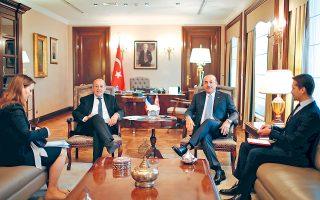 Στιγμιότυπο από τη χθεσινή συνάντηση του Τούρκου υπουργού Εξωτερικών Μεβλούτ Τσαβούσογλου (δεξιά) με τον Γάλλο ομόλογό του Ζαν-Ιβ Λε Ντριάν, στην Αγκυρα.