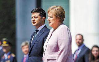 Η Γερμανίδα καγκελάριος Μέρκελ και ο Ουκρανός πρόεδρος Ζελένσκι κατά την επίσημη τελετή υποδοχής του στο Βερολίνο. Στη διάρκεια της ανάκρουσης των εθνικών ύμνων, η κ. Μέρκελ αισθάνθηκε εμφανή αδιαθεσία, την οποία εν συνεχεία απέδωσε σε αφυδάτωση.