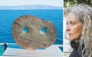 Γλυπτό από μπρούντζο και δύο ανεστραμμένα κάτοπτρα, που μοιάζει με το κεφάλι μιας κουκουβάγιας, βρίσκεται τοποθετημένο στο μπαλκόνι του Σφαγείου. Η Κίκι Σμιθ είναι μία από τις  πιο επιδραστικές Αμερικανίδες δημιουργούς.