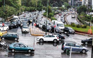 Σοβαρά προβλήματα σε διάφορες περιοχές της Αττικής προκλήθηκαν χθες από βροχόπτωση και χαλαζόπτωση. Ισχυρές καταιγίδες έπληξαν πολλές περιοχές της χώρας. Στον Φενεό Κορινθίας έχασε τη ζωή του 37χρονος ο οποίος χτυπήθηκε από κεραυνό. Σελ. 7