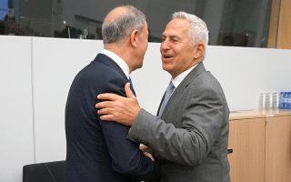 Ο Ευάγγελος Αποστολάκης  (δεξιά) με τον Χουλουσί Ακάρ. Ο Ελληνας υπουργός Εθνικής Αμυνας εξήγησε στον Τούρκο ομόλογό του ότι η τουρκική δραστηριότητα στην κυπριακή ΑΟΖ δεν βοηθάει στη μείωση της έντασης. ΑΠΕ