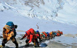 H εικόνα του συνωστισμού στη «ζώνη του θανάτου», σε ύψος άνω των 8.000 μ., έκανε τον γύρο του κόσμου. Τι συνέβη στην κόψη των βράχων του Εβερεστ; Ελληνες ορειβάτες που προσέγγισαν ή βρέθηκαν στην κορυφή κατά τις επίμαχες ημέρες, μίλησαν στην «Κ» για την εμπειρία τους.