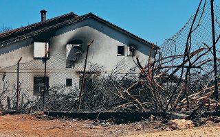 Πολλοί ιδιοκτήτες σπιτιών έχουν εγκαταλείψει την πυρόπληκτη περιοχή και δεν ενδιαφέρονται για τη μεταφορά του αμιάντου εκτός του οικοπέδου τους.