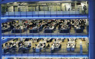 Οι εργαζόμενοι στα αρχηγεία της τράπεζας HSBC του Χονγκ Κονγκ δουλεύουν πάνω από οκτώ ώρες την ημέρα.