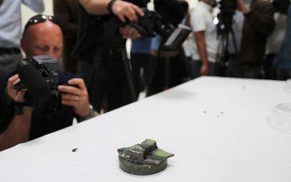 Δημοσιογράφοι φωτογραφίζουν εξάρτημα μαγνητικής νάρκης που, σύμφωνα με τους Αμερικανούς, είχε τοποθετηθεί σε τάνκερ στον Κόλπο του Ομάν.