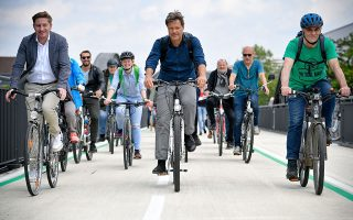 Ο συμπρόεδρος των Γερμανών Πρασίνων, Ρόμπερτ Χάμπεκ (στο κέντρο), σε προεκλογική περιοδεία με ποδήλατα λίγες ημέρες πριν από τις ευρωεκλογές. Οι ψηφοφόροι ανέδειξαν τους Πράσινους σε δεύτερη δύναμη στη Γερμανία.