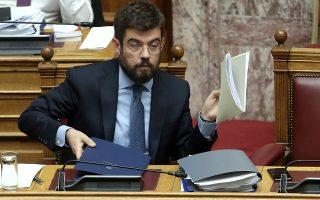 Ο υπουργός Δικαιοσύνης Μιχάλης Καλογήρου, που σήκωσε το βάρος της τελικής διατύπωσης των δύο νομοθετημάτων, τελικώς, εξαιτίας της κυβερνητικής σπουδής βρέθηκε μόνος στη Βουλή χωρίς τις αναγκαίες συναινέσεις. ΑΠΕ-ΜΠΕ/ΣΥΜΕΛΑ ΠΑΝΤΖΑΡΤΖΗ
