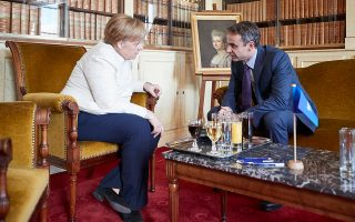 Ο Κυριάκος Μητσοτάκης με την Αγκελα Μέρκελ, χθες, στις Βρυξέλλες. Ο πρόεδρος της Ν.Δ. ανέπτυξε στη Γερμανίδα καγκελάριο τους βασικούς άξονες του κυβερνητικού σχεδίου που θα υλοποιήσει, «εφόσον οι πολίτες εμπιστευθούν τη διακυβέρνηση της χώρας στη Ν.Δ.».