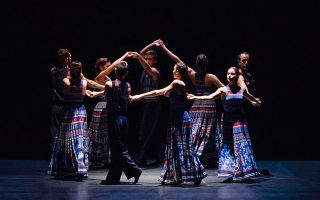 Πεντοζάλης, τσάμικο, η ποντιακή σέρα και άλλοι χοροί ενσωματώθηκαν σε μια μοντέρνα δημιουργία διεθνούς βεληνεκούς.