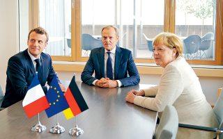 O Γάλλος πρόεδρος Εμανουέλ Μακρόν, ο πρόεδρος του Ευρωπαϊκού Συμβουλίου Ντόναλντ Τουσκ και η Γερμανίδα καγκελάριος Αγκελα Μέρκελ, χθες στις Βρυξέλλες.