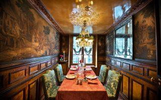 Τις πόρτες του άνοιξε ξανά, ύστερα από μεγάλη ανακαίνιση, το παρισινό εστιατόριο «Λαπερούς» στην όχθη του Σηκουάνα. Το εστιατόριο, που λειτούργησε για πρώτη φορά το 1766 με βασικό πελάτη τον βασιλιά Λουδοβίκο ΙΣΤ΄, υπήρξε στέκι της γαλλικής διανόησης, προσελκύοντας λογοτέχνες όπως η Γ. Σάνδη, ο Ζολά, ο Φλομπέρ και ο Ουγκώ. Μεταξύ άλλων, είχε πελάτες τον Κοκτό, τον μετέπειτα πρόεδρο Κλεμανσό, τον Μπαλζάκ, τον γλύπτη Ροντέν, την ηθοποιό Σάρα Μπερνάρ και τους ποιητές Μποντλέρ και Απολινέρ.
