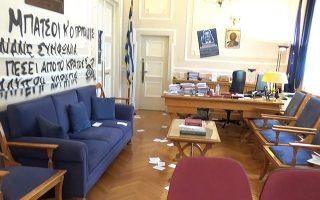 Τον περασμένο Μάιο, ομάδα περίπου δέκα ατόμων βεβήλωσε το γραφείο του πρύτανη του ΟΠΑ με συνθήματα και αφίσες.