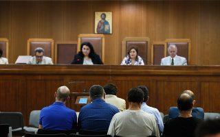Με την έναρξη της ακροαματικής διαδικασίας, μόνον επτά από τους συνολικά δεκαοκτώ κατηγορουμένους ήταν παρόντες.