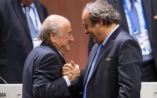 Ο πρώην πρόεδρος της FIFA Ζεπ Μπλάτερ έχει ήδη κατονομάσει τον τότε πρόεδρο της Γαλλίας, Νικολά Σαρκοζί, ως υπεύθυνο της μεταστροφής τουΠλατινί και άλλων εκλεκτόρων υπέρ του Κατάρ.