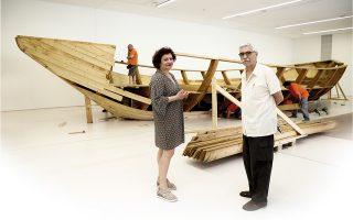 Η ιστορικός τέχνης Συραγώ Τσιάρα και ο αρχιτέκτονας Δημήτρης Αντωνακάκης μπροστά σε τμήμα του έργου «Το καράβι της ζωής μου» του Ιλία Καμπακόφ.