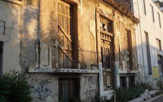Το μονώροφο σπίτι της οδού Μαυρομιχάλη 178 στη Νεάπολη επιζεί ως ένα ποιητικό ερείπιο.