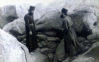 Σινά, 1963. Ο μοναχός, τότε, Παΐσιος (αριστερά) μαζί με τον μετέπειτα και νυν Αρχιεπίσκοπο του Σινά Δαμιανό. Φωτογραφία από το αρχείο του Αρχιεπισκόπου. Η σειρά ντοκιμαντέρ «Σύγχρονοι Αγιοι», που προβάλλεται στο Cosmote History, είναι αφιερωμένη στον Αγιο Νεκτάριο και στους Παΐσιο, Πορφύριο τον Καυσοκαλυβίτη, Ιάκωβο Τσαλίκη και Σοφία της Κλεισούρας.