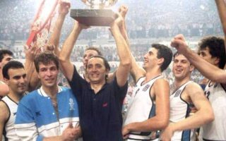 Σε μία από τις ιστορικότερες στιγμές του ελληνικού αθλητισμού, η εθνική ομάδα μπάσκετ κατακτά το Ευρωμπάσκετ του 1987, νικώντας τη Σοβιετική Ένωση με 101-103 σε έναν συγκλονιστικό τελικό στο Στάδιο Ειρήνης Φιλίας, το 1987. (Πηγή: kathimerini.gr)