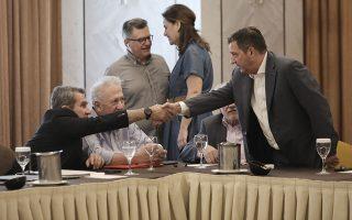 Γιώργος Καμίνης και Ανδρέας Λοβέρδος ανταλλάσσουν χειραψία υπό το βλέμμα του Κώστα Σκανδαλίδη, κατά την πρόσφατη κοινή συνεδρίαση της Κοινοβουλευτικής Ομάδας και του Πολιτικού Συμβουλίου του ΚΙΝΑΛ. INTIME NEWS/ΓΙΑΝΝΗΣ ΛΙΑΚΟΣ