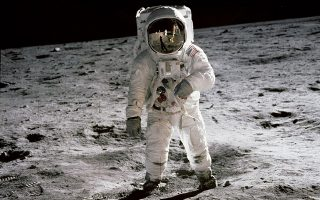 Ο αστροναύτης Μπαζ Όλντριν περπατάει στο φεγγάρι στην εμβληματική φωτογραφία που τράβηξε ο διοικητής του Apollo 11 και ο πρώτος άνθρωπος στη Σελήνη, Νιλ Άρμστρονγκ-  Στην αντανάκλαση διακρίνεται ο Άρμστρονγκ
